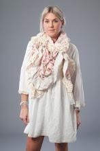 Romantisk sjal i rosa med spets 389kr