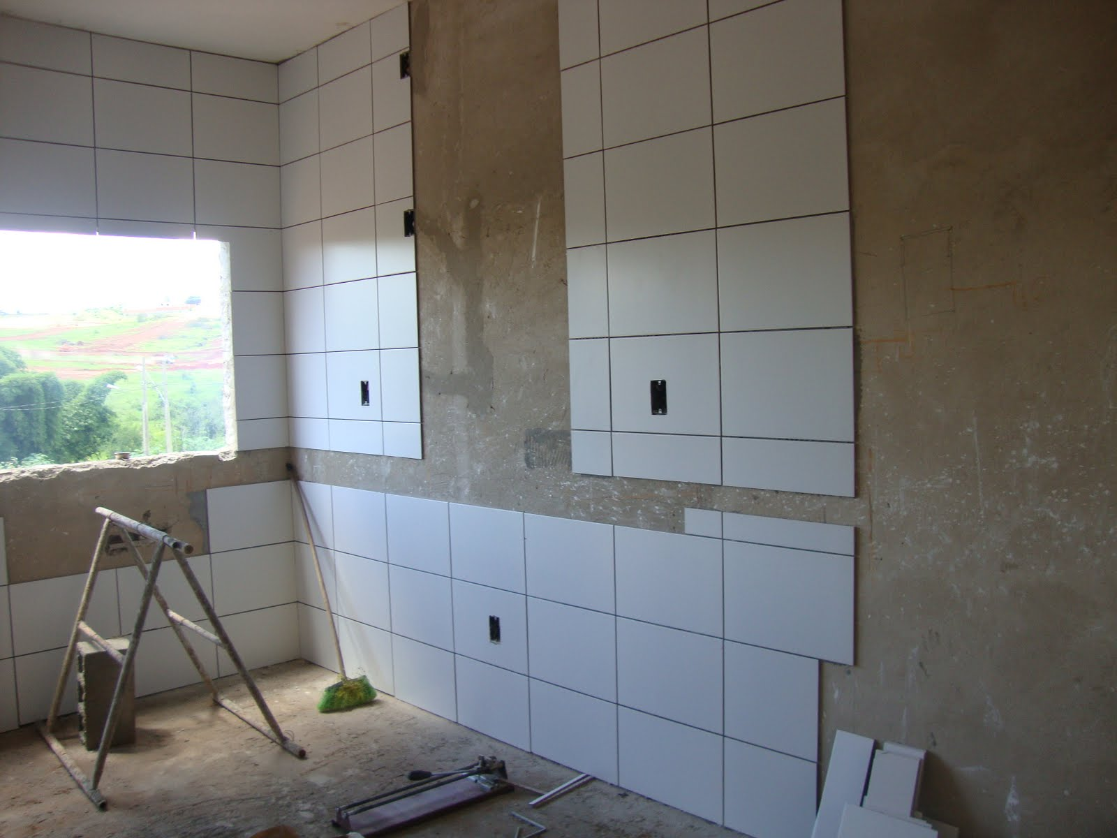 onde não tem azulejo é o espaço deixado para as pastilhas #4B6680 1600x1200 Banheiro Com Azulejo Que Imita Pastilha