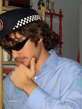 METIÉNDOSE EN LA PIEL DE UN POLICÍA