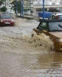 Un fuerte aguacero vuelve a inundar de lodo el paseo marítimo de Carvajal.