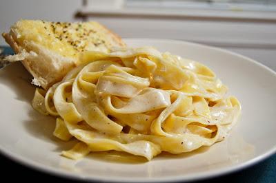 Simple Alfredo w/ Cheesy Garlic Bread