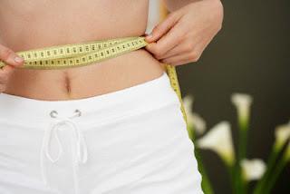 mulher com fita métrica pra perder gordura