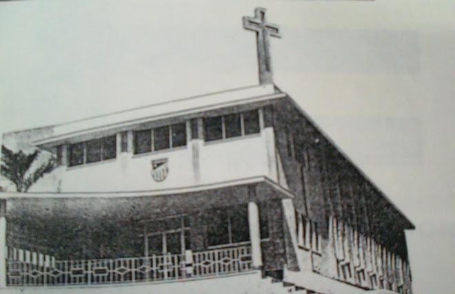 Capilla de los Maristas en 1961 con el Escudo y la Cruz mirando a la Ciudad.