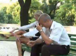 Satu lagi video lucu banget, cewek pakai celana dalam di depan cowok. Coba lihat gimana reaksi cowok-cowoknya.