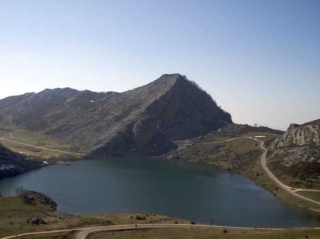 Vista del Lago de Enol en Picos de Europa