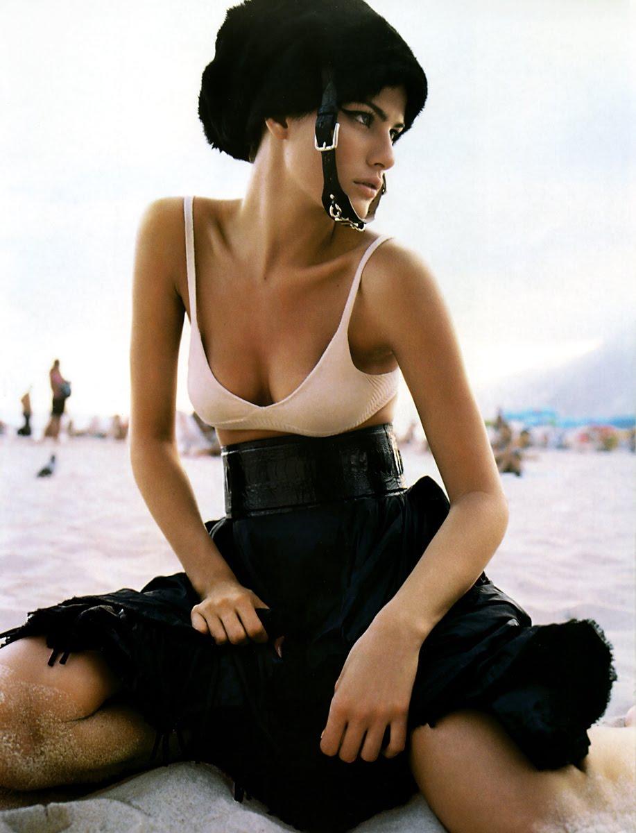 [27478_Vogue_Fran23a_JunhoJulho2005_phMarioTestino_05_IsabeliFontana_122_337lo.jpg]