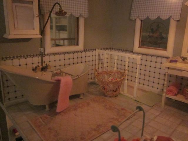 de badkamer heeft een nieuwe vloer nieuw gemaakt een bad met douche een droogrek een zitbank een tapijtje het overige komt uit de oude badkamer