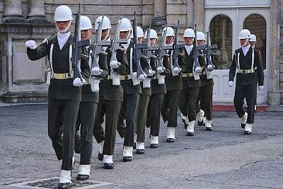 Dolmabahçe soldiers