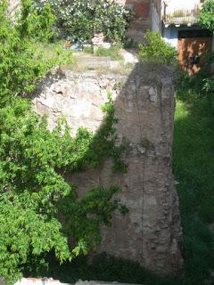 Un tros de la muralla àrab de València, que també fa pensar.