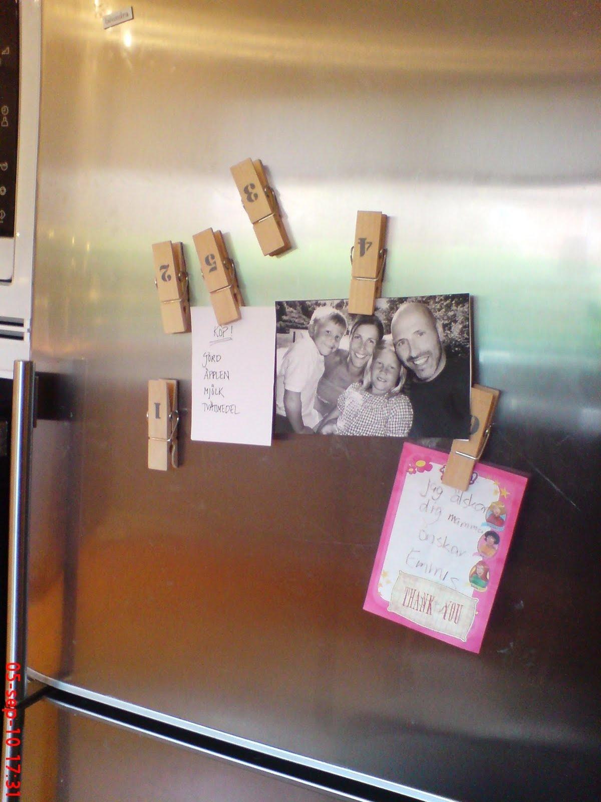 Två systrar, charlotte: kylskåpsmagneter?? okej då...