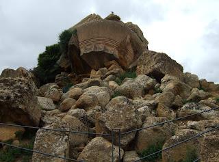 Bild 2 Kapitell und Steine vom Tempel des olympischen Zeus Agrigent