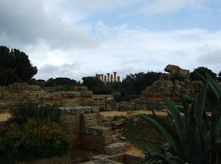 Bild 1 Blick vom Tempel des olympischen Zeus hinüber zum Herakles-Tempel