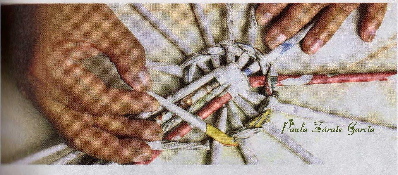 Empiece a tejer la canasta con un canuto doblado en dos.