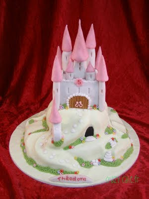 Toutes les petites filles rêvent de devenir princesse dun jour. Voilà que cest possible avec ce joli gâteau rose décoré tout en sucre et personalisé avec