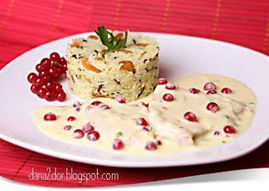 Articole culinare : Piept de curcan cu sos de smantana, gorgonzola si coacaze rosii