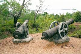 Meriam lama di Kubu Bukit Kursi, di Pulau Penyengat, Kepulauan Riau - Indonesia.