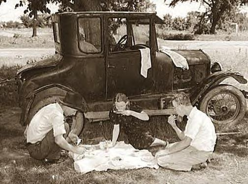 Migrant workers eatting dinner by old car, Prague, Okla., Lincoln Cty. 1939