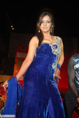 Neetu Chandra sizzles on the ramp at Fosters fashion show image