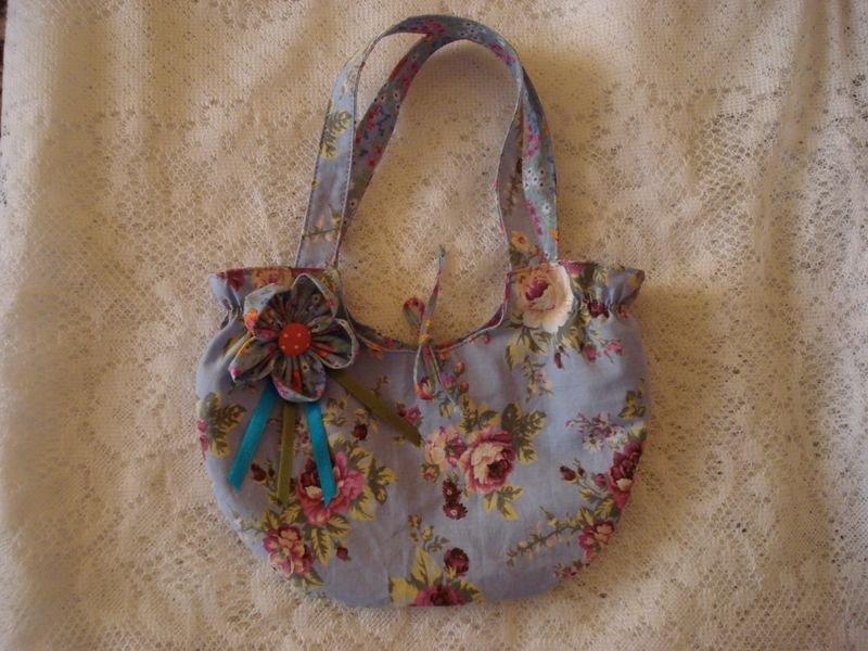 Bolsa Azul com Broche