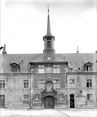Entrée du Collège des Jésuites à Reims par Doucet (avant 1932). Crédit photo :  Ministère de la Culture (France), Médiathèque de l'architecture et du patrimoine (archives photographiques)