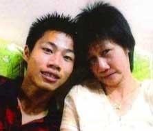 Yong Vui Kong (kiri) dan Ibunya