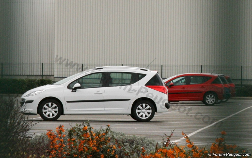 Carscoop 207 1 Peugeot 207 SW production version caught out in the open