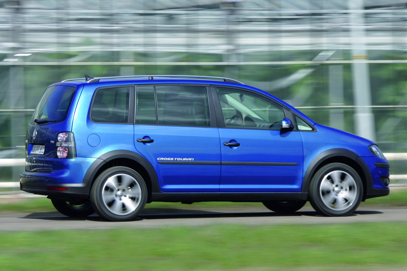 new volkswagen touran mpv confirmed for leipzig auto show carscoops. Black Bedroom Furniture Sets. Home Design Ideas