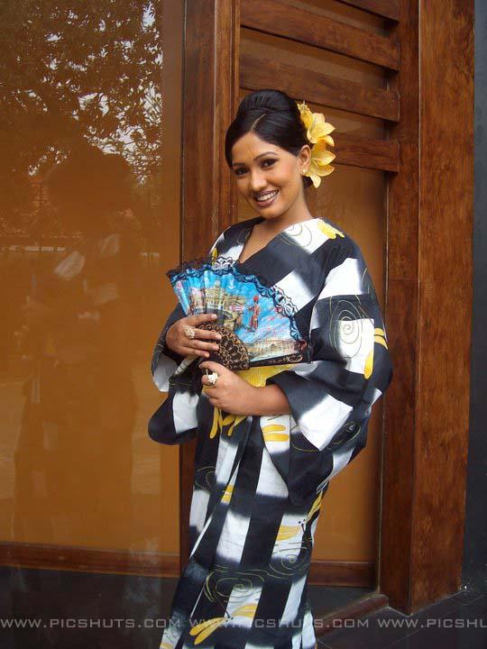 http://2.bp.blogspot.com/_FpC-eLEpDtM/S-mMx7mvSVI/AAAAAAAAcXs/QLv9Z7KzOWY/s1600/Piyumi+Shanika+Botheju_3_asiachicks.blogsot.com.jpg