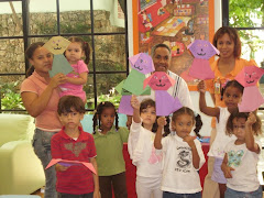Los niños muestran sus trabajos realizados en la Ludoteca