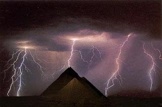 Energia Telúrica, Pirâmides e Círculos Tempestade%2Bde%2Braios%2Bnas%2Bpir%25C3%25A2mides