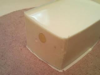 這塊像豆腐的東西就是模具成品了, 從圖所見, 兩邊的矽膠都完全融合了 (泣)