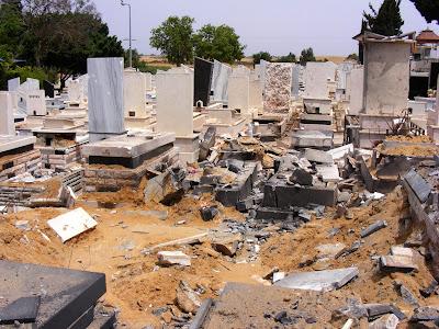 касамы на кладбище