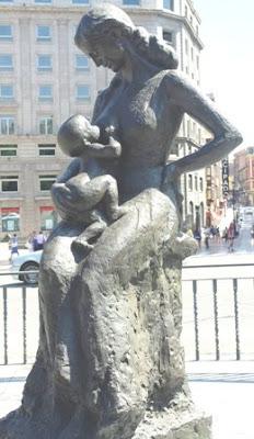 Oviedo, escultura La Encarna con Michelín