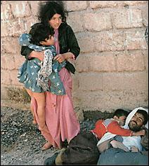 Une famille kurde dont le père a été victime des gaz Irakiens. Document http://www.halabja.de.vu/