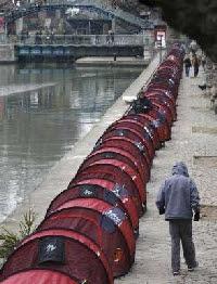 Les SDF (Les Enfants de Don Quichotte) ont manifesté le long du Canal Saint-Martin à Paris entre décembre 2006 et avril 2007. Photographie prise le 18 décembre 2006 par Charles Platiau de l'agence Reuters.