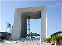 La Grande Arche de Paris La Défense. Après un concours lancé par le Président François Mitterand, la construction de La Grande Arche débuta en 1983 et fut inaugurée en juillet 1989. Elle abrite aujourd'hui le grand Carrefour de la Communication et reçoit plus de 250000 visiteurs par an.