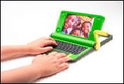 Le prototype du PC à 100$ présenté au SMSI de Tunis en 2005 par Nicholas Negroponte en présence de Kofi Annan notamment. Notez la manivelle.