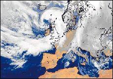 La 'tempête du siècle' qui secoua l'Europe entre le 24 et le 26 décembre 1999. Bien qu'annoncée par le modèle Méso-NH de Météo-France, ses effets furent sous-estimés. Il y eut en fait deux dépressions successives dont l'une de 960 HPa. Leurs effets furent amplifiés par un jet stream. Certaines localités subirent localement des bourrasques de 160 km/h (205 km/h au sommet de la Tour Eiffel) qui déplacèrent des camions semi-remorques comme de vulgaires jouets. 15 millions d'arbres et des centaines de pylones électriques sont tombés comme des fétus de paille. En l'espace de 3 jours, 3.5 millions d'habitants furent privés d'électricité et beaucoup restèrent les pieds dans l'eau durant des semaines. On décompta au moins 90 morts en France et quelques uns dans les autres pays, principalement des personnes qui furent écrasées par la chute d'un arbre, noyées ou mortellement blessées par des débris. Document Météo-France.