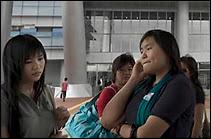 Jeunes chinois de Hong Kong venant travailler à Shenzhen. A l'avenir, ils seront porteur d'une carte à puce de résident contenant des informations publiques et privées afin que le gouvernement puisse mieux les contrôler.