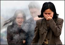 La pollution, un jour ordinaire à Pékin, en Chine. Comme tous les jours, ce 18 avril 2000, un nuage nauséabond attendait les employés à la sortie de leur bureau. La modernisation rapide de la Chine va bientôt en faire le pays le plus pollué et polluant du monde. Le Gouvernement a conscience du problème, mais n'agit pas suffisamment. Document Stephen Shaver/AFP.