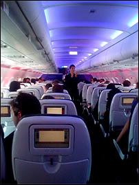 Connexion à Internet, Wi-Fi, jeux, films et chat sont dorénavant disponibles à bord des avions de Virgin America, notamment sur la ligne assurant la liaison NY ou LA vers Frisco. Photographie prise avec un iPhone par Xeni.