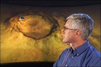 Grâce à deux capteurs portés au cou, le physicien Chuck Jorgensen de la NASA peut commander un robot par la pensée. Document http://ti.arc.nasa.gov/