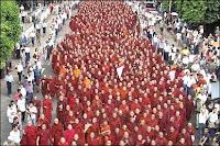 les moines manifestant dans les rues, supportés par les civils. Documents Mizzima news/AP.