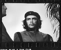 La photographie originale prise par Korda en 1960 au cours d'un meeting du Che qui servit à fabriquer le fameux portrait en deux tons du Che que nous connaissons tous.