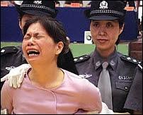 La peine capitale vient d'être prononcée contre cette femme. Elle va être exécutée juste après le verdict, comme trois autres personnes accusées d'infractions à la législation sur les stupéfiants. Document AI.