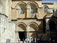 L'entrée de la Basilique du Saint-Sépulcre à Jérusalem.