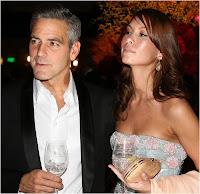George Clooney et Sarah Larson lors d'un cocktail.