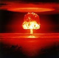 La bombe H la plus puissante, équivalente à 15 MT de TNT. Elle explosa à Bikini dans les îles Marshall le 26 mars 1954. L'explosion fut équivalente à 1000 fois Hiroshima ! La boule de feu mesurait 6 km de diamètre et la canopy 160 km. 80 millions de tonnes de terre et de corail furent vaporisés, créant un cratère de 1950 m de diamètre et de 75 m de profondeur. A 48 km de Ground Zero le personnel reçu une dose de 2 rems, l'équivalent de 100 radiographies. Document FAS.