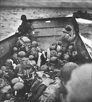 Barge au large d'Omaha beach en juin 1944.
