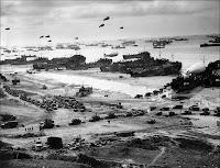 Débarquement du soutien logistique mi-juin 1944 à Omaha beach.